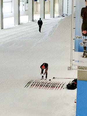 [写真]スキーテストのためにスキー板を並べているドイツチーム