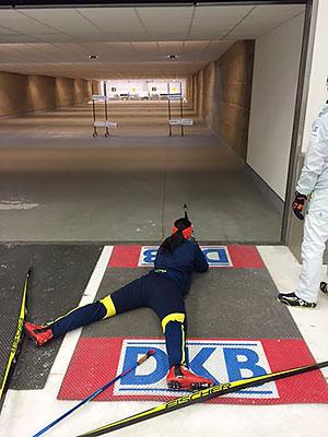 [写真]室内バイアスロン場で射撃練習する阿部友里香選手