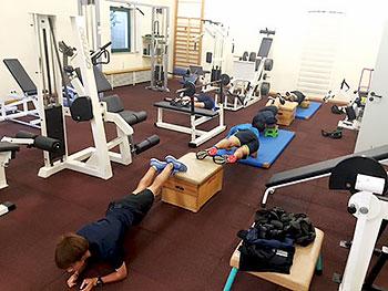 [写真]ジムでトレーニングする選手たち