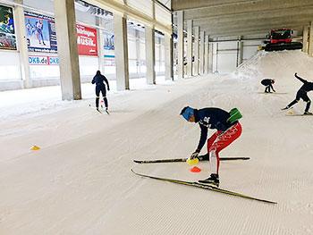 [写真]スキーエクササイズトレーニングでコーンを重ねる選手