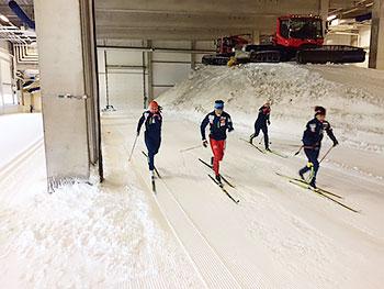 [写真]スキーエクササイズトレーニングでダッシュする選手たち
