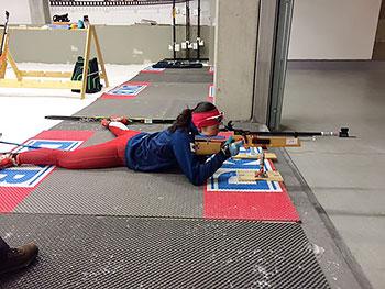[写真]ライフルを構えて射撃姿勢を取る阿部選手