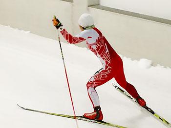 [写真]スキートレーニングする出来島桃子選手