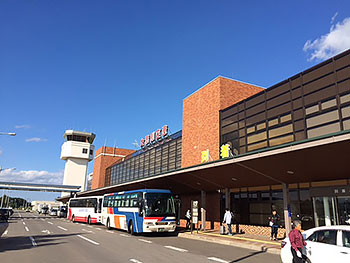 [写真]快晴の空と女満別空港