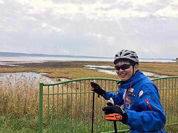 [写真]能登湖を背景にローラースキートレーニングする岩本啓吾選手