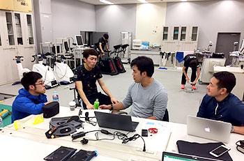 [写真]高村選手に測定結果を伝える藤田善也コーチ