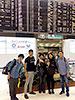 [写真]成田空港出発ゲート前で新田選手、阿部選手、出来島選手、向選手、長濱コーチ