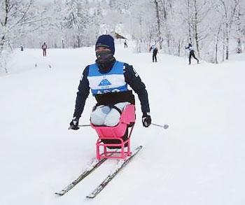 [写真]新しいシットスキーで滑走する新田のんの選手