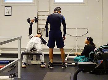 [写真]若い選手にアドバイスする新田選手