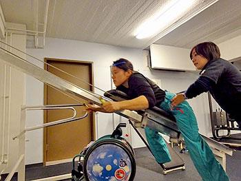 [写真]クロスカントリースキー専用のトレーニング機器でトレーニング