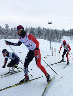 [写真]シットスキーとブラインドの選手が一緒に走るリレー