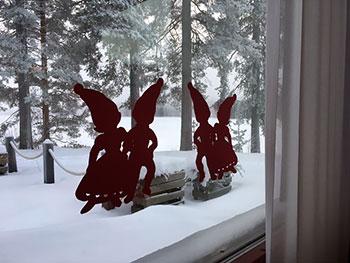 [写真]食堂の窓のクリスマスの飾り