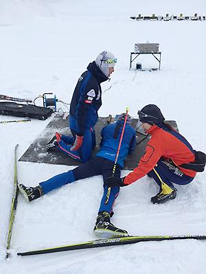 [写真]高村選手の射撃姿勢を指導する沼田コーチ