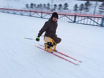 [写真]シットスキーに挑戦する池崎大輔選手