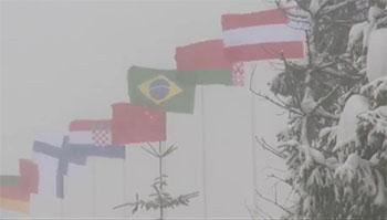 [写真]吹雪ではためく各国の国旗