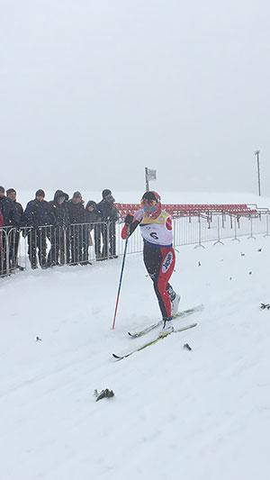 [写真]猛吹雪の中、レース中の阿部友里香選手