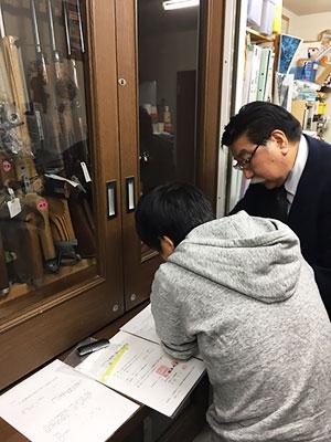 [写真]手続きを行う大川会長と星澤選手