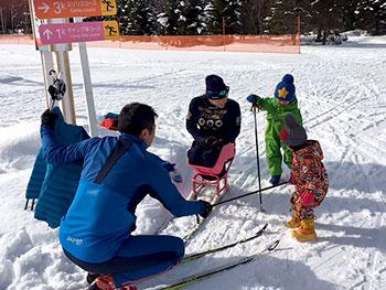 [写真]子供たちと交流する新田のんの選手