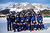 [写真]きれいなラムサウの山をバックに、パラノルディックスキー日本チーム