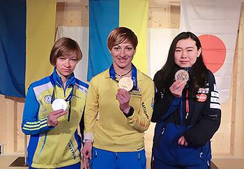 [写真]銅メダルを持つ阿部友里香選手