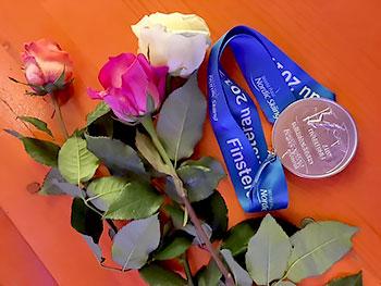 [写真]花と出来島桃子選手の銀メダル