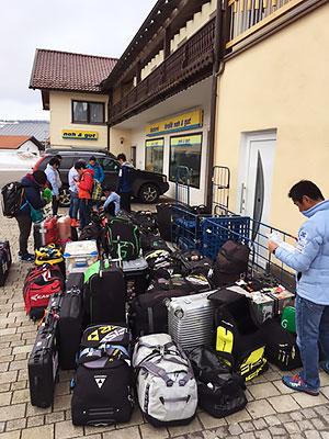 [写真]スキーケースなどの荷物