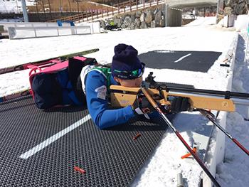 [写真]射撃トレーニングの新田のんの選手
