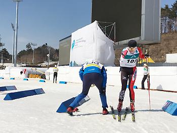 [写真]スキーをチェンジする出来島選手