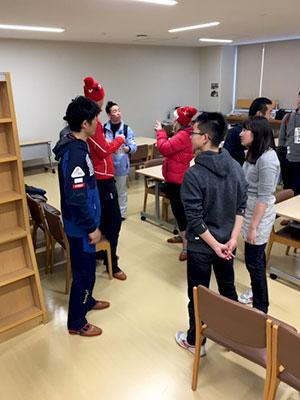 [写真]交流会終了後も交流する選手と生徒達