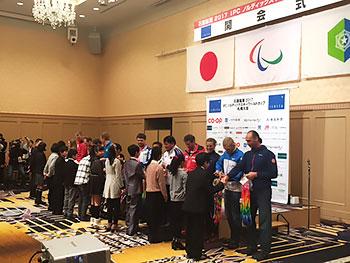 [写真]西岡南小学校の生徒からの千羽鶴