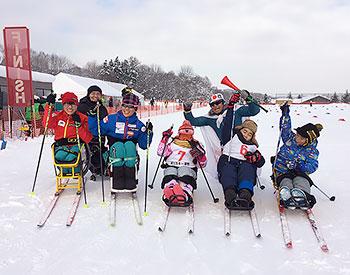 [写真]シットスキーに乗った子供たちと選手