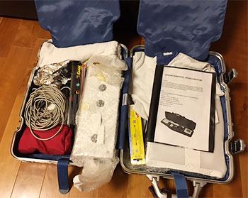 [写真]スーツケースに入れたターゲット一式