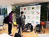 [写真]スポーツ用具を見学する平田ゼミの学生たち