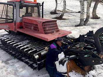 [写真]圧雪車を調整する横山さん