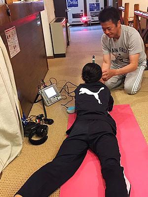 [写真]射撃トレーニングするジュニア選手とサポートする荒井監督