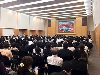 [写真]講堂に集まった後援会員