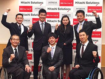 [写真]ガッツポーズの長田、新田、久保、阿部、馬場選手、荒井監督、長濱コーチ