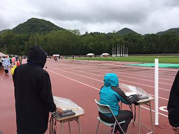 [写真]雨の大会会場
