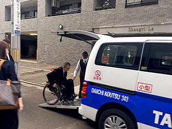 [写真]車に乗り込む長田選手