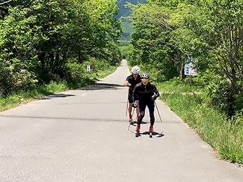 [写真]ローラースキーでトレーニングする岩本選手、新田選手