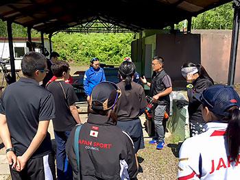 [写真]射撃トレーニング前に重要ポイントの説明をする瀧澤ヘッドコーチ