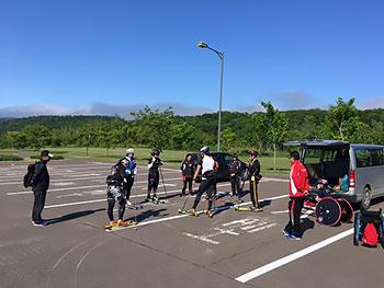 [写真]「レイクパークのとろ」の駐車場に集まる選手たち