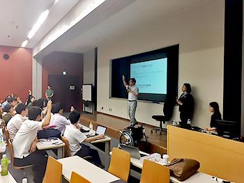 [写真]質問の挙手をする学生たち