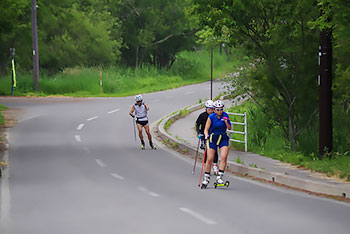 [写真]ローラースキートレーニングする阿部選手、大和田コーチ、そして新田選手
