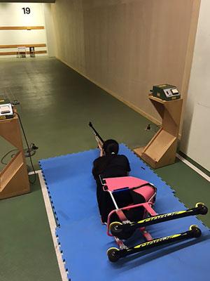 [写真]ローラースキーを取り付けたシットスキーで射撃トレーニングする新田のんの選手