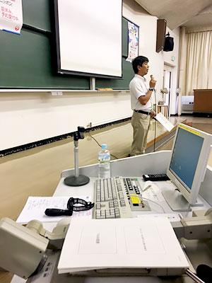 [写真]授業の挨拶をする瀧元先生