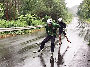 [写真]先頭が新田選手、練習パートナーの向宏大コーチ