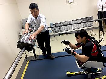 [写真]トレッドミルでトレーニングする新田のんの選手