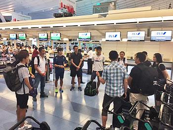 [写真]羽田空港で集合する選手、スタッフ