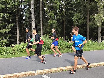 [写真]選手たちは軽めのランニング